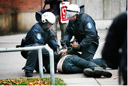Calming down the young demonstrators in Helsinki